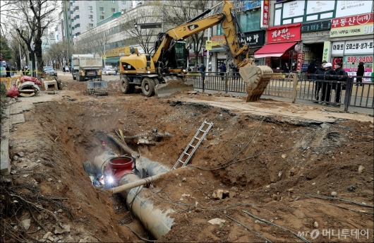 [사진]복구 중인 일산 온수관 파열 사고