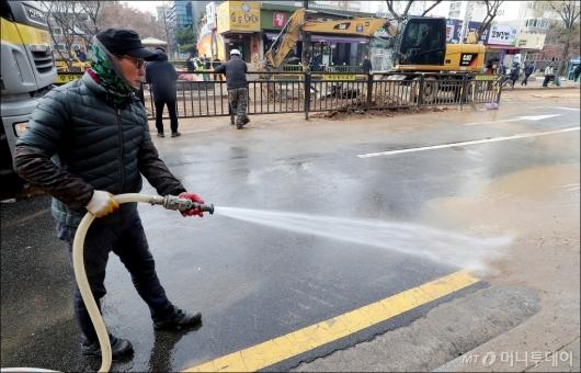 [사진]'일산 온수관 파열' 주변 정리하는 관계자
