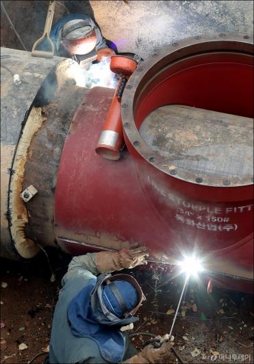 [사진]온수관 파열 복구하는 지역난방공사 관계자들