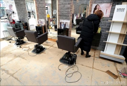 [사진]'온수관 파열 사고' 영업 차질 빚은 미용실