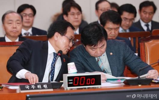 [사진]대화하는 유영민-홍종학 장관