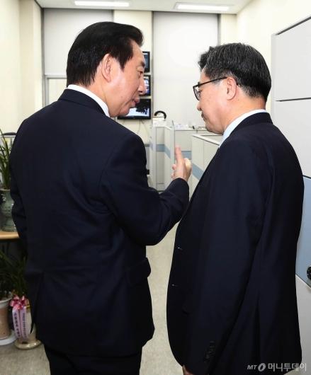 [사진]대화하는 김성태 원내대표-김동연 경제부총리