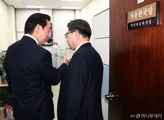 [사진]김성태 원내대표 찾아간 김동연 부총리