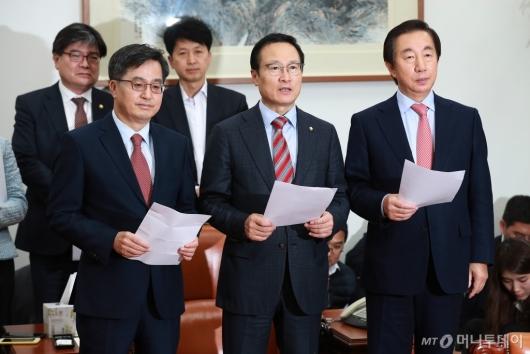 [사진]내년도 예산안 합의문 발표하는 김동연-홍영표-김성태