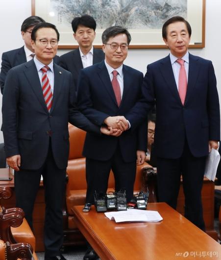 [사진]내년도 예산안 합의한 더불어민주당-자유한국당