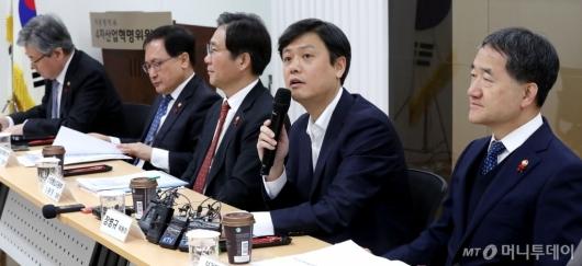 [사진]제9차 4차산업혁명위원회의 주재하는 장병규 위원장