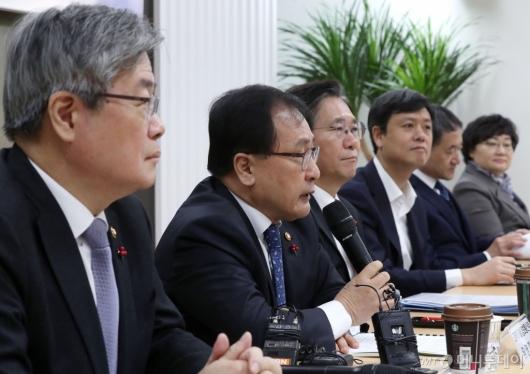 [사진]4차산업혁명위원회의 발언하는 유영민 장관