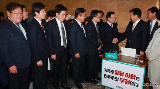 [사진]'단식농성' 손학규 대표 찾아간 민주당