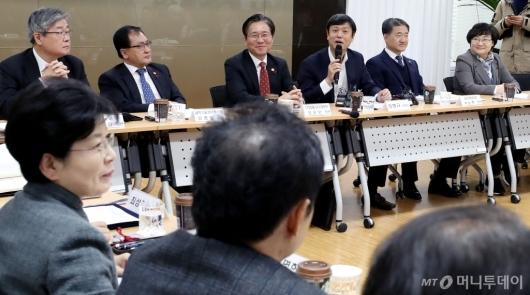 [사진]위원들과 이야기 나누는 장병규 위원장