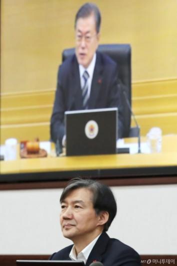 [사진]문재인 대통령 발언 듣는 조국 민정수석