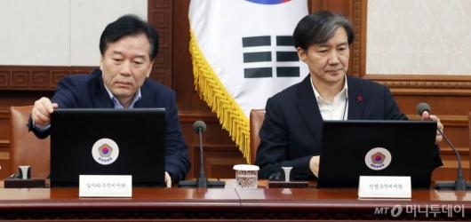 [사진]국무회의 준비하는 정태호-조국