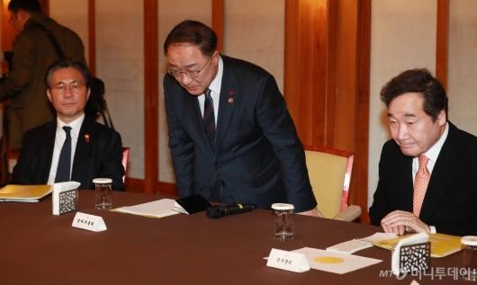 [사진]고위당정청 참석한 홍남기 경제부총리