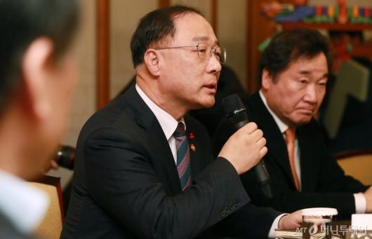 [사진]고위당정청 참석한 홍남기 부총리