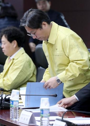 [사진]잇따른 안전사고에 심각한 성윤모 장관