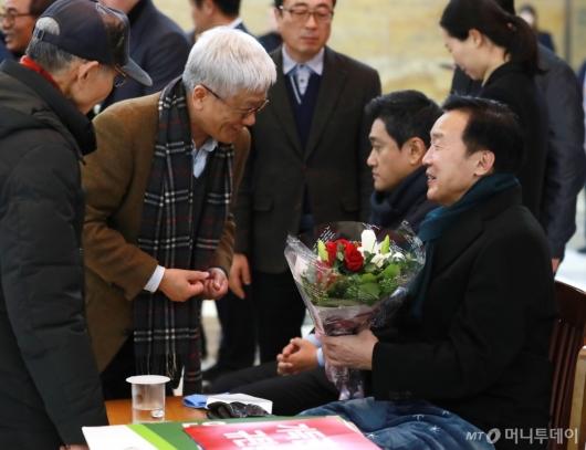 [사진]'단식 7일째' 꽃다발 받은 손학규 대표