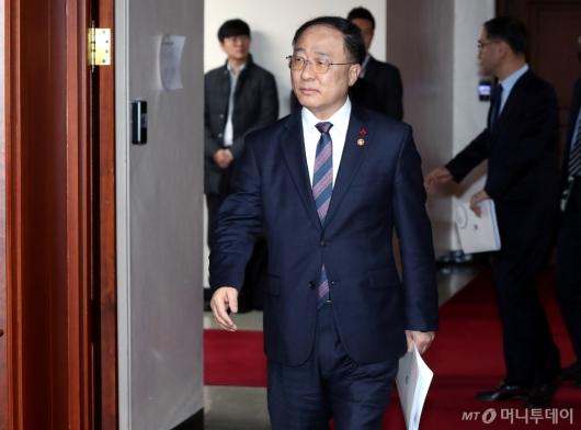 [사진]첫 경제활력 대책회의 참석하는 홍남기 부총리