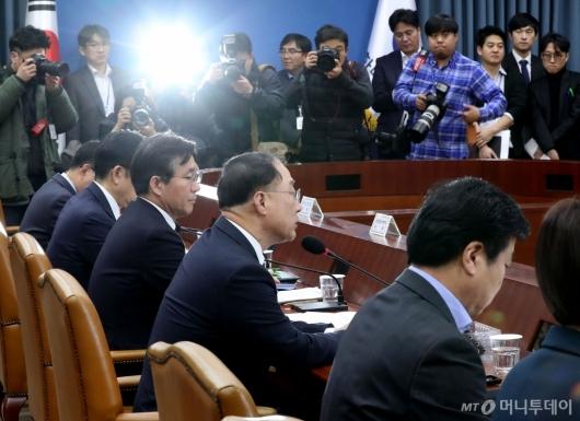 [사진]홍남기 부총리, 첫 경제활력 대책회의 주재