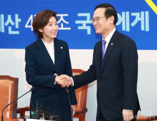 [사진]홍영표 민주당 원내대표 예방한 나경원 신임 한국당 원내대표