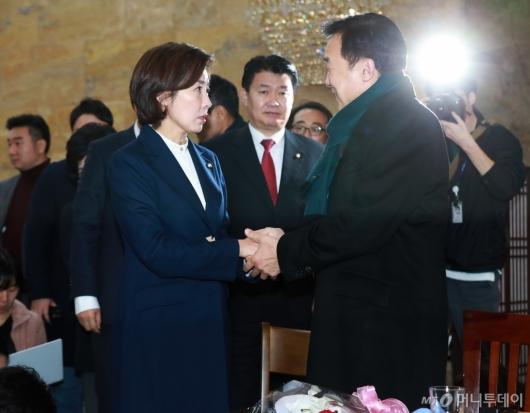 [사진]손학규 단식 만류하는 나경원 한국당 신임 원내대표