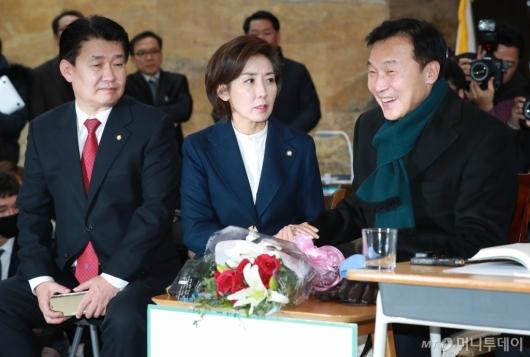 [사진]단식 7일차 손학규 대표 찾은 자유한국당 새 지도부