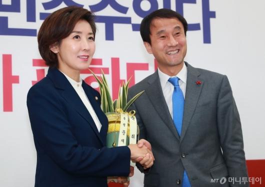 [사진]대통령 축하난 전달받은 나경원 한국당 신임 원내대표