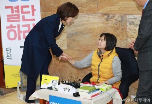 [사진]이정미 단식 만류하는 나경원 신임 원내대표