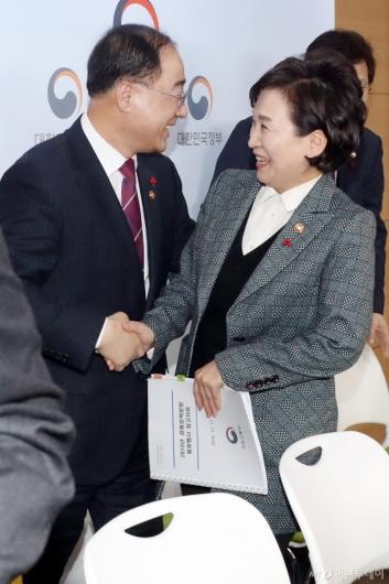 [사진]이야기하는 홍남기 부총리-김현미 장관