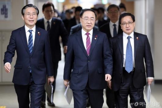 [사진]합동브리핑 참석하는 성윤모-홍남기-유영민