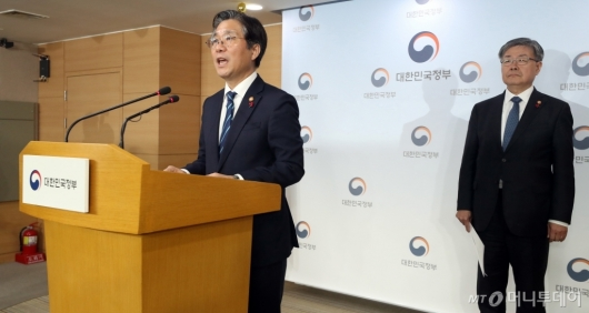 [사진]태안 화력발전소 사고 관련 브리핑하는 성윤모 장관