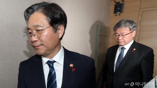 [사진]합동브리핑 마친 성윤모-이재갑 장관