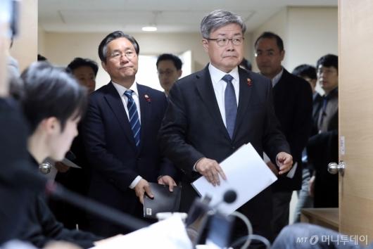 [사진]어두운 표정으로 브리핑 참석하는 성윤모-이재갑 장관
