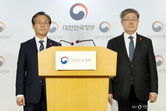 [사진]태안 화력발전소 사고 관련 합동브리핑 참석한 성윤모-이재갑 장관