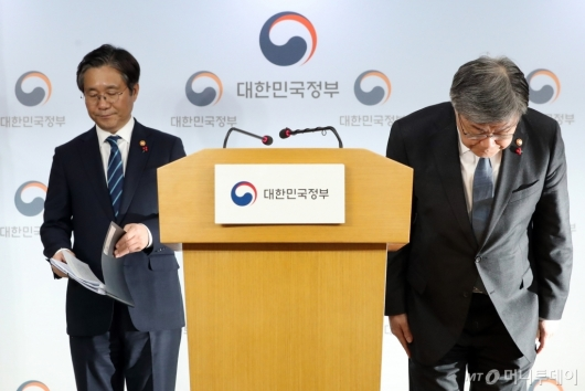 [사진]인사하는 이재갑 장관