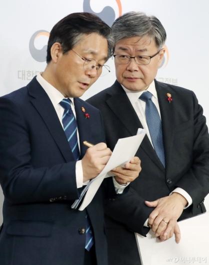 [사진]대화하는 성윤모-이재갑 장관