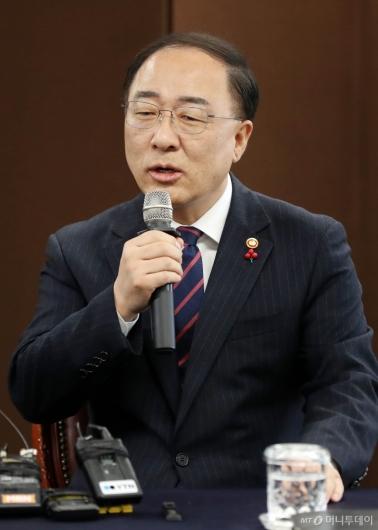 [사진]인사말하는 홍남기 부총리