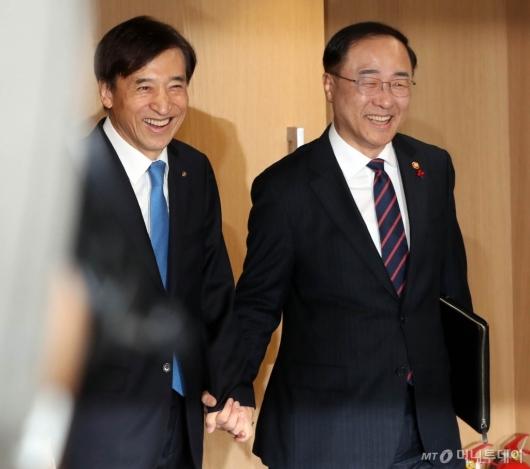 [사진]손잡고 입장하는 이주열-홍남기