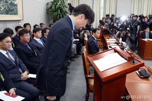 [사진]인사하는 조국 민정수석