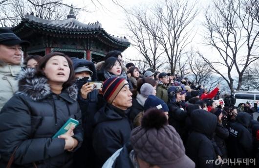 [사진]첫 일출 기다리는 시민들