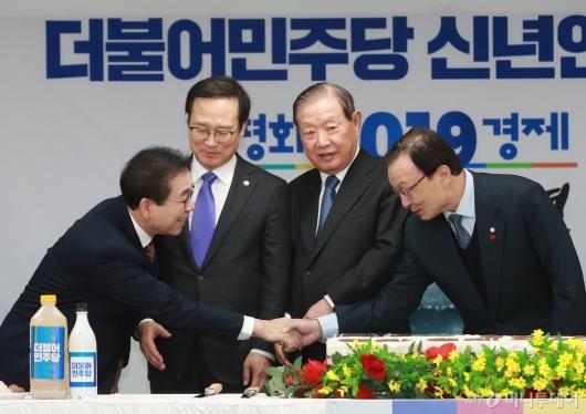 [사진]민주당 신년인사회...악수하는 이해찬 대표-박원순 시장