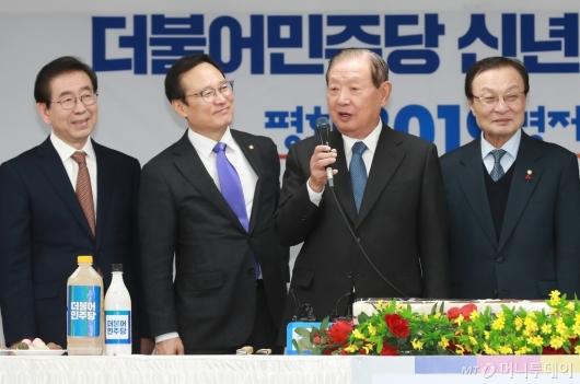 [사진]민주당 신년인사회 참석한 김원기 상임고문