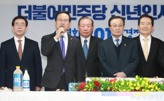 [사진]신년인사하는 홍영표 민주당 원내대표