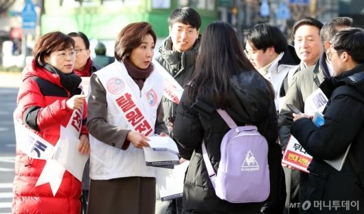 [사진]'탈원전 반대' 서명운동하는 나경원