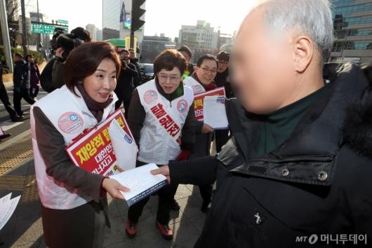 [사진]나경원 원내대표, '탈원전 반대 서명운동'