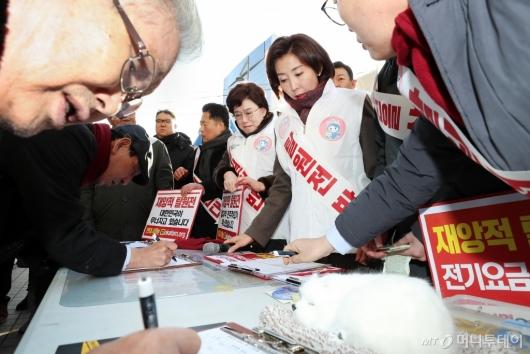 [사진]나경원 원내대표, '탈원전 반대' 서명운동