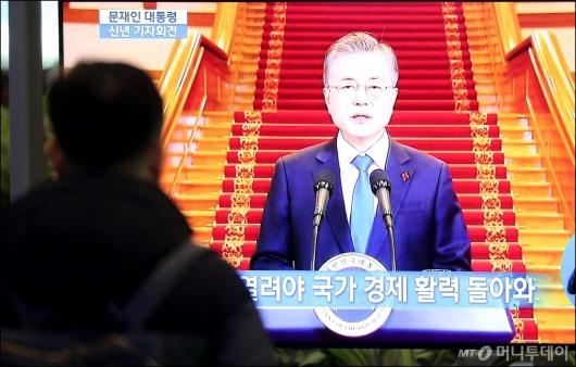 [사진]문재인 대통령 신년 기자회견에 '집중'