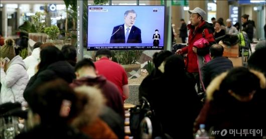 [사진]'문 대통령 기자회견 시청하는 시민들'
