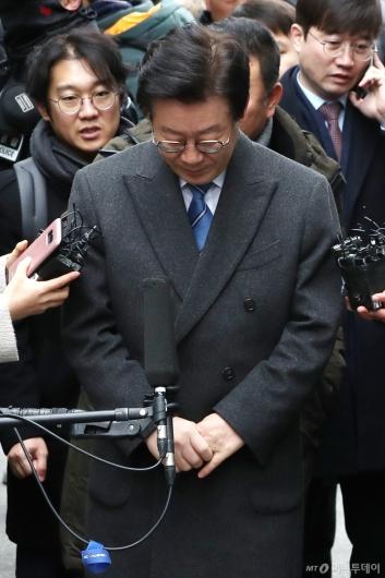 [사진]인사하는 이재명 경기도지사