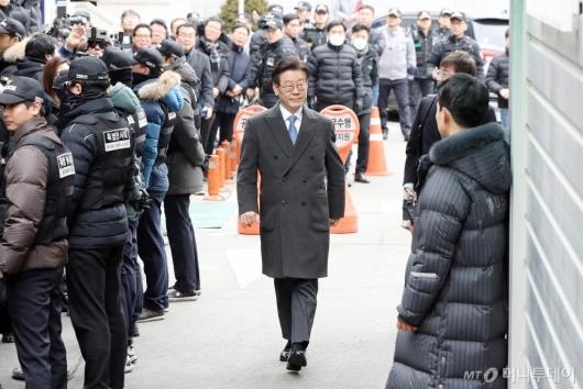 [사진]첫 공판 출석하는 이재명 경기지사