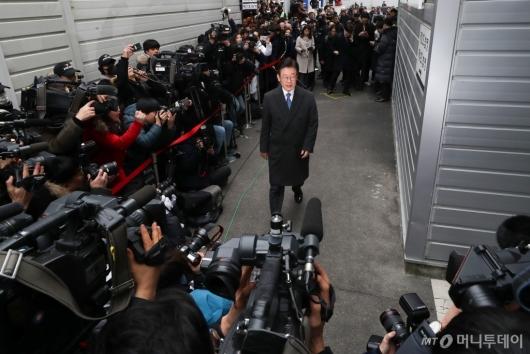 [사진]법정 들어서는 이재명 경기지사