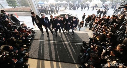[사진]검찰 들어서는 양승태 전 대법원장